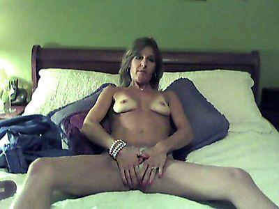 Feeling seductive this cougar gets naughty